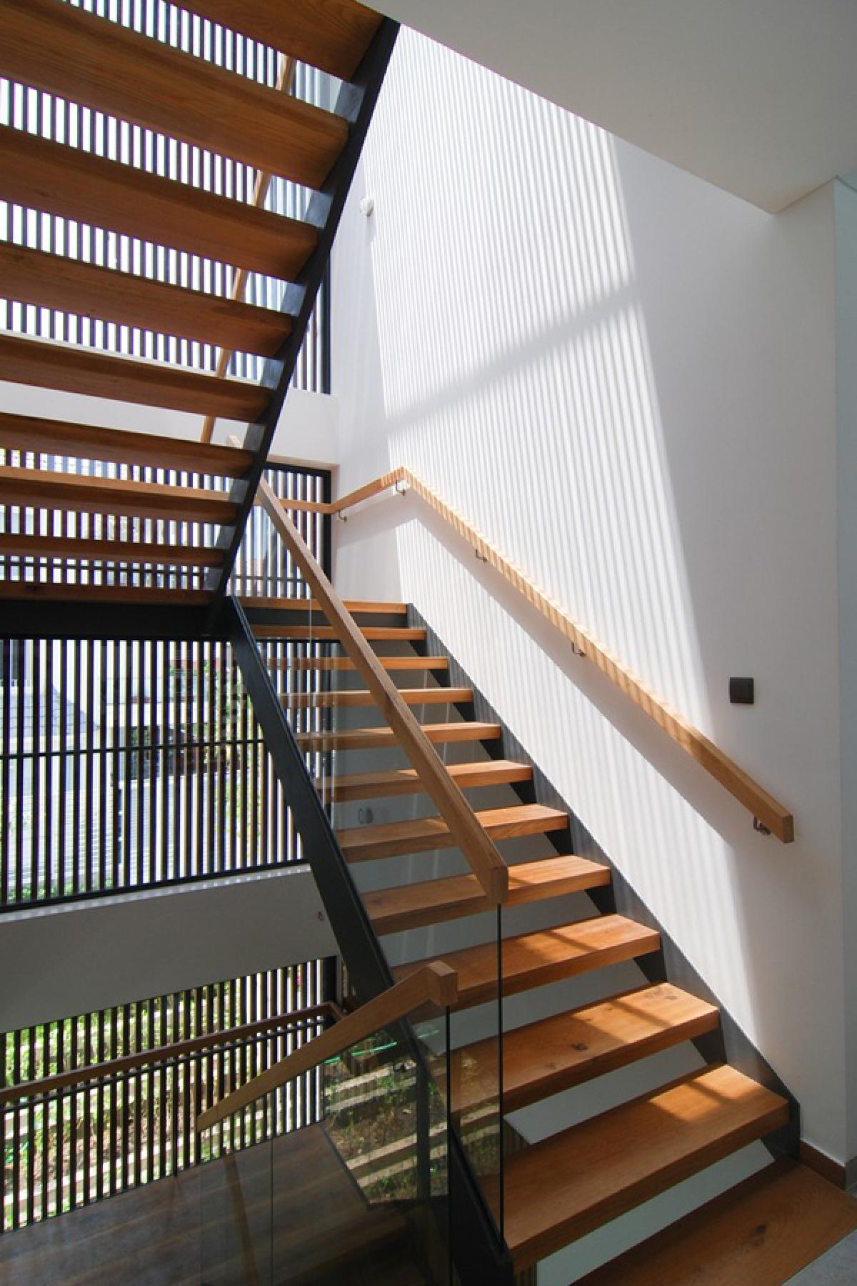 Cầu thang với kết cấu thép mặt gỗ cho cảm giác thông thoáng và sang trọng. Cầu thang cũng là một giếng trời đón nắng gió vào trong nhà.
