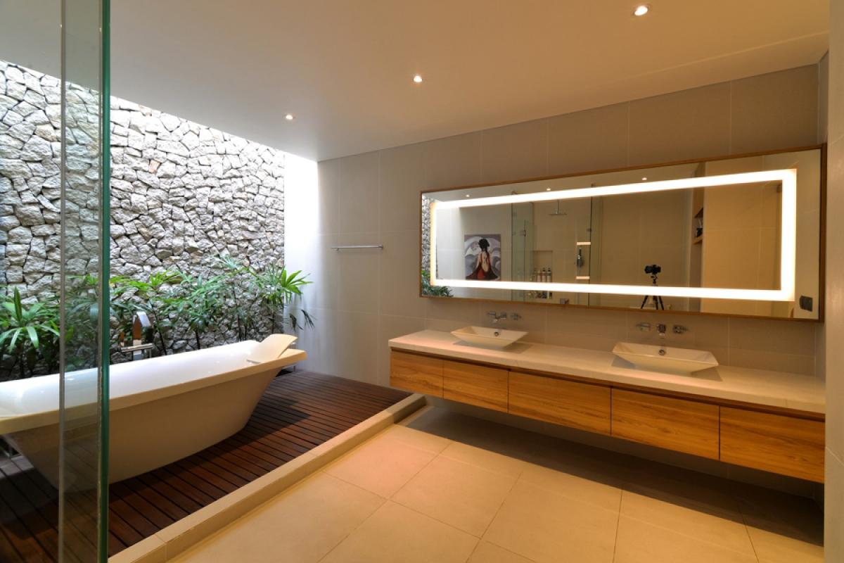 Phòng vệ sinh của phòng ngủ chính cũng mở ra một khoảng xanh nho nhỏ.