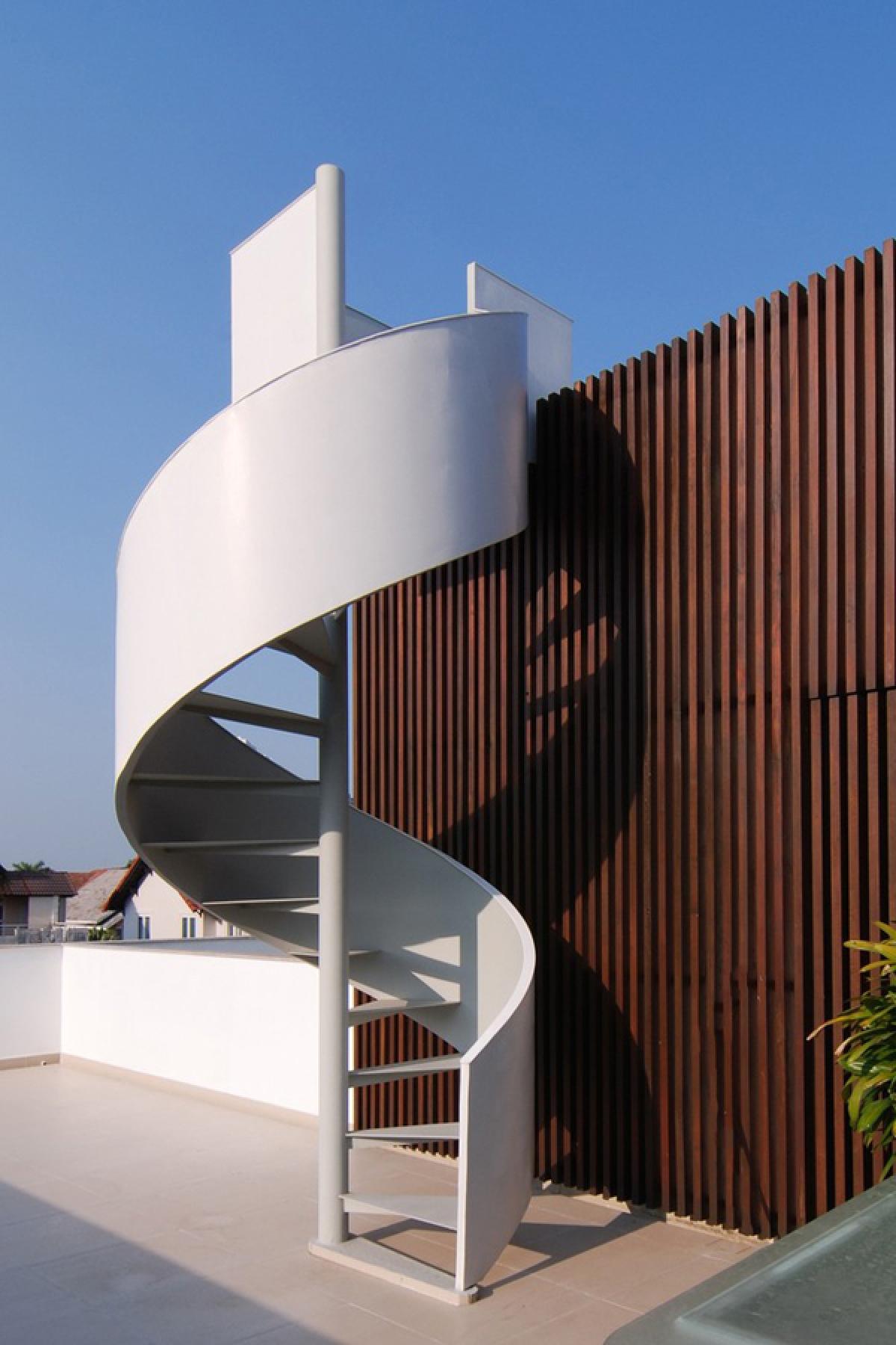Cầu thang lên mái được thiết kế xoắn ốc như một tác phẩm điêu khắc.