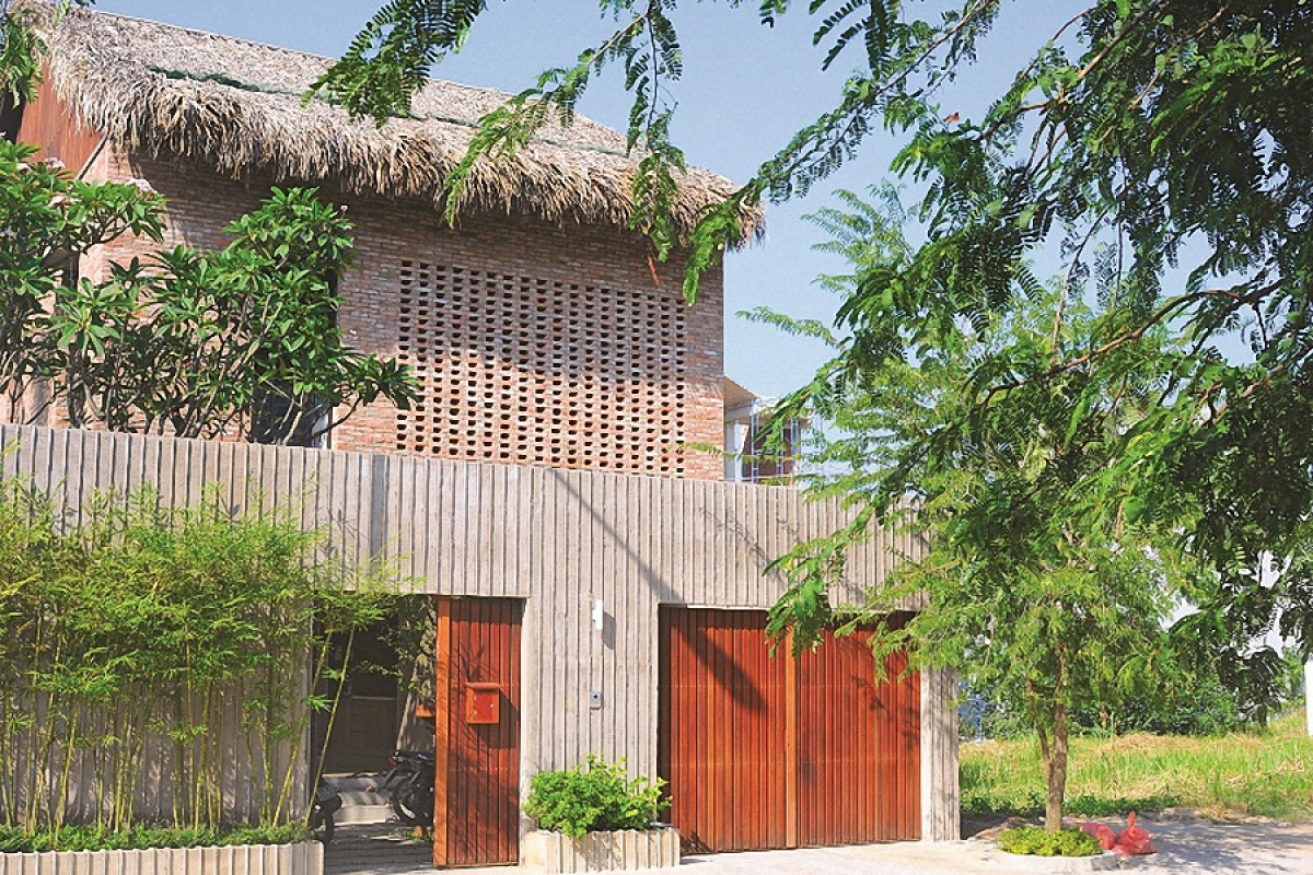 Ngôi biệt thự nằm ở huyện Nhà Bè, thành phố Hồ Chí Minh trong một khu dân cư mới có mật độ xây dựng chưa cao; được thiết kế vừa là nhà ở, vừa là văn phòng làm việc cho một cặp vợ chồng đều là kiến trúc sư. Công trình có quy mô vừa phải (3 tầng), có sân vườn và điều gây lạ mắt, ấn tượng là bộ mái lá. Cùng với những mảng tường gạch mộc không trát, công trình gợi cảm giác về những kiến trúc dân gian truyền thống kết hợp với đường nét và không gian hiện đại.