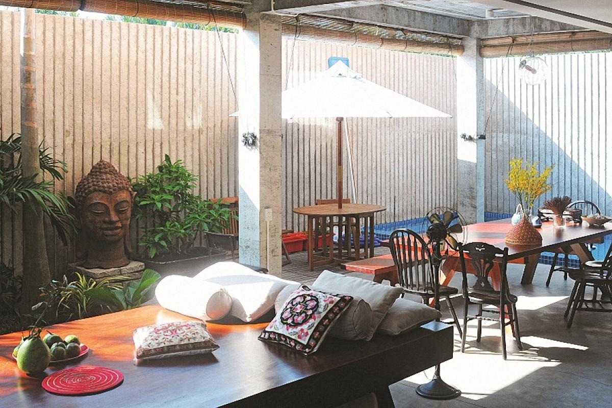 Tầng một ngôi biệt thự được thiết kế là không gian lớn liên thông, không có tường ngăn, cũng không có tường bao mà mở ra khoảng sân vườn. Đây là nơi tiếp khách, sinh hoạt chung, nghỉ ngơi thư giãn và bếp – bàn ăn.