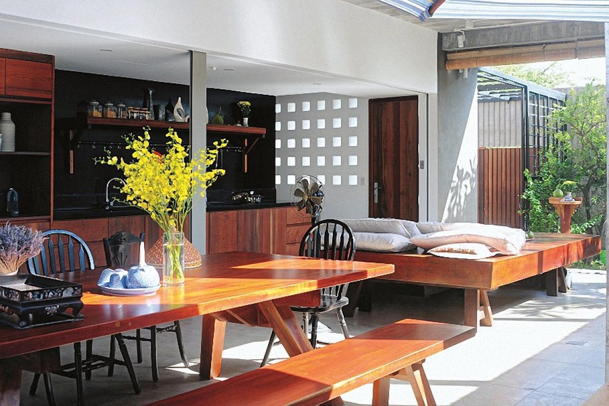 Nhờ những khoảng mở nên không gian tràn ngập nắng gió và màu xanh của cây cối. Thay vì một bộ sofa ở không gian sinh hoạt chung, ở đó kê một bộ phản gỗ như những ngôi nhà truyền thống.