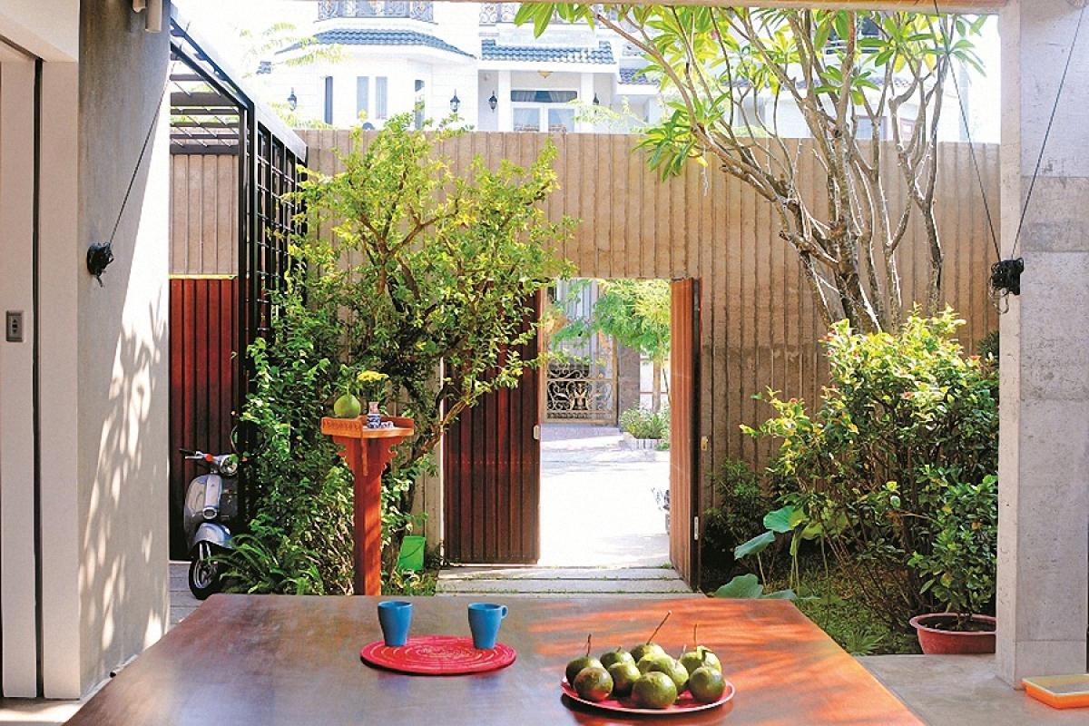 Ngồi ở bộ phản có thể ngắm được khoảng sân vườn nhỏ xinh phía trước nhà.