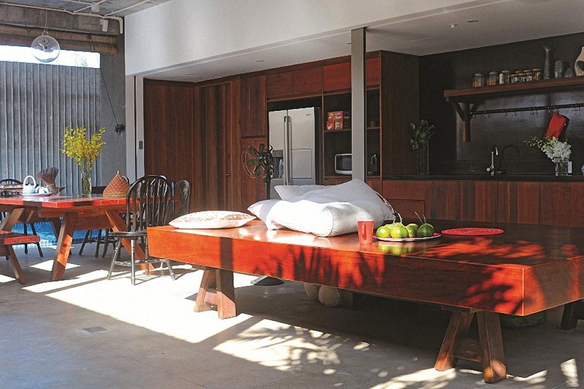 Vật liệu chủ đạo được kiến trúc sư – cũng là chủ nhân ngôi nhà sử dụng là bê tông trần, sàn mài xi măng, gỗ. Các loại vật liệu này cho cảm giác thô mộc, tự nhiên, gần gũi.