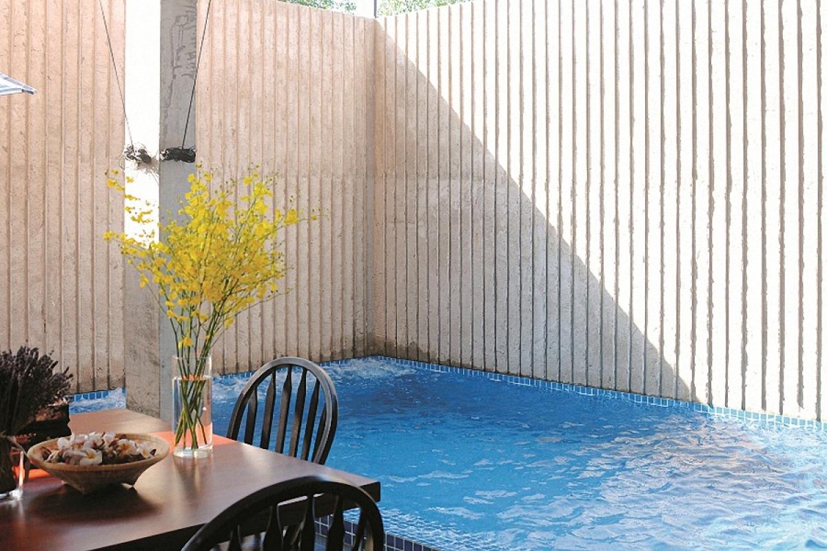 Kế bên bàn ăn có một hồ bơi nhỏ vừa để thư giãn, vừa có tác dụng giải nhiệt cho không khí trong những ngày nóng.