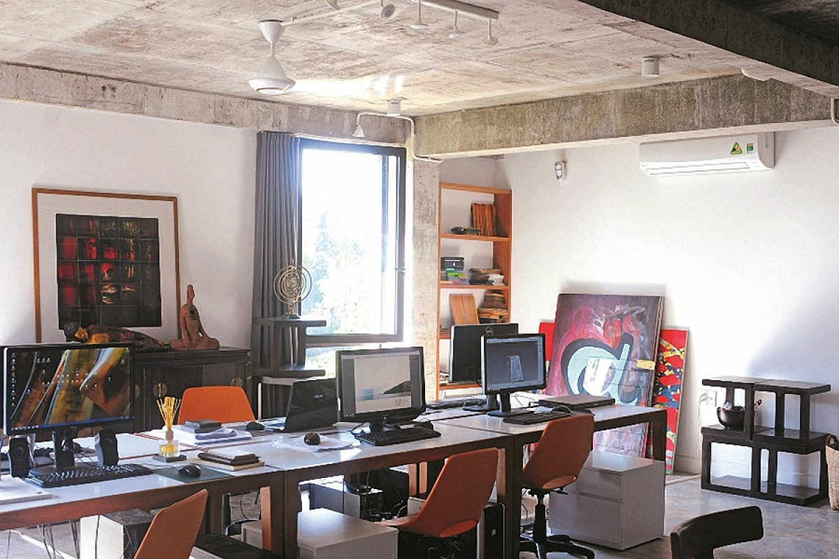 Tầng 2 là văn phòng thiết kế của chủ nhân cùng các cộng sự. Không gian làm việc không có vách ngăn mà tất cả ngồi chung ở một chiếc bàn dài.