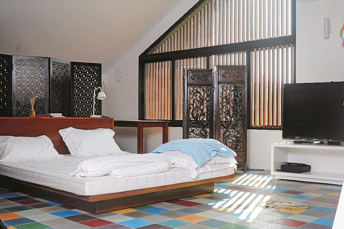 Tầng 3 là các phòng ngủ của gia đình. Phòng ngủ chính có nội thất vừa hiện đại phương Tây vừa có nét Á Đông.