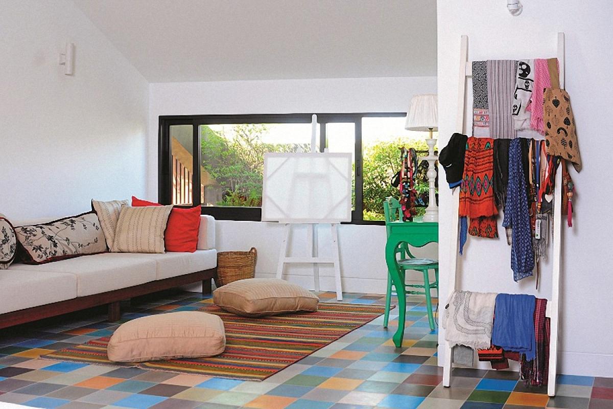 Một không gian đa năng ở tầng 3: vừa là nơi nghỉ ngơi, sinh hoạt gia đình, vừa là góc sáng tác nghệ thuật của chủ nhân.