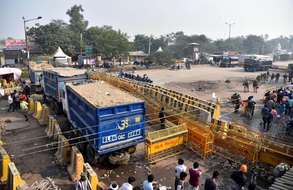 Cảnh sát Delhi dựng các chướng ngại vật lớn tại một cửa ngõ vào thành phố để ngăn các đoàn biểu tình của nông dân. Ảnh: ANI
