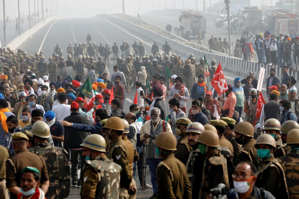 Nông dân Ấn Độ chặn đường cao tốc nối Delhi với bang Uttar Pradesh. Ảnh: Reuters