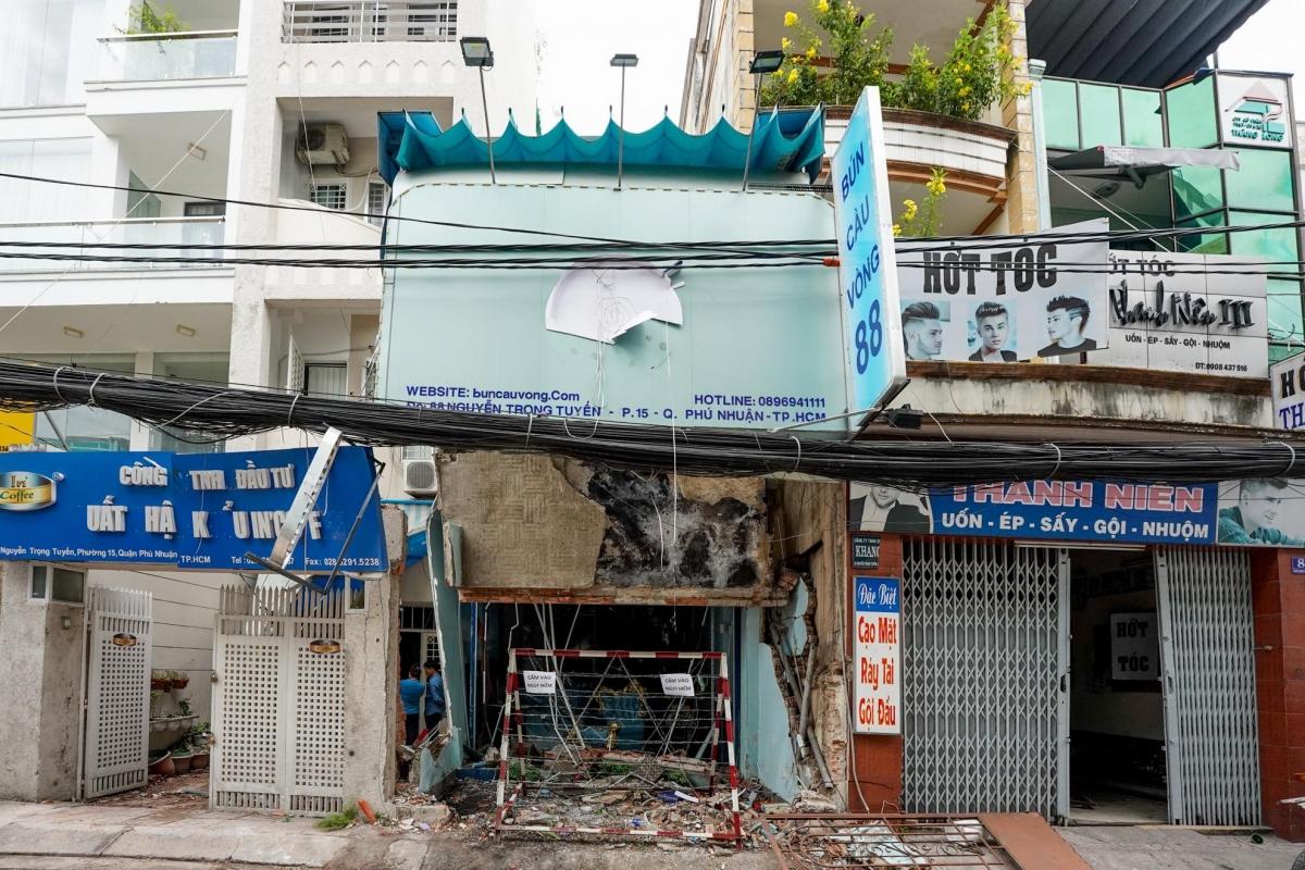 Căn nhà 88 Nguyễn Trọng Tuyển hư hỏng nặng sau vụ nổ, 2 căn kế bên cũng bị ảnh hưởng nặng.