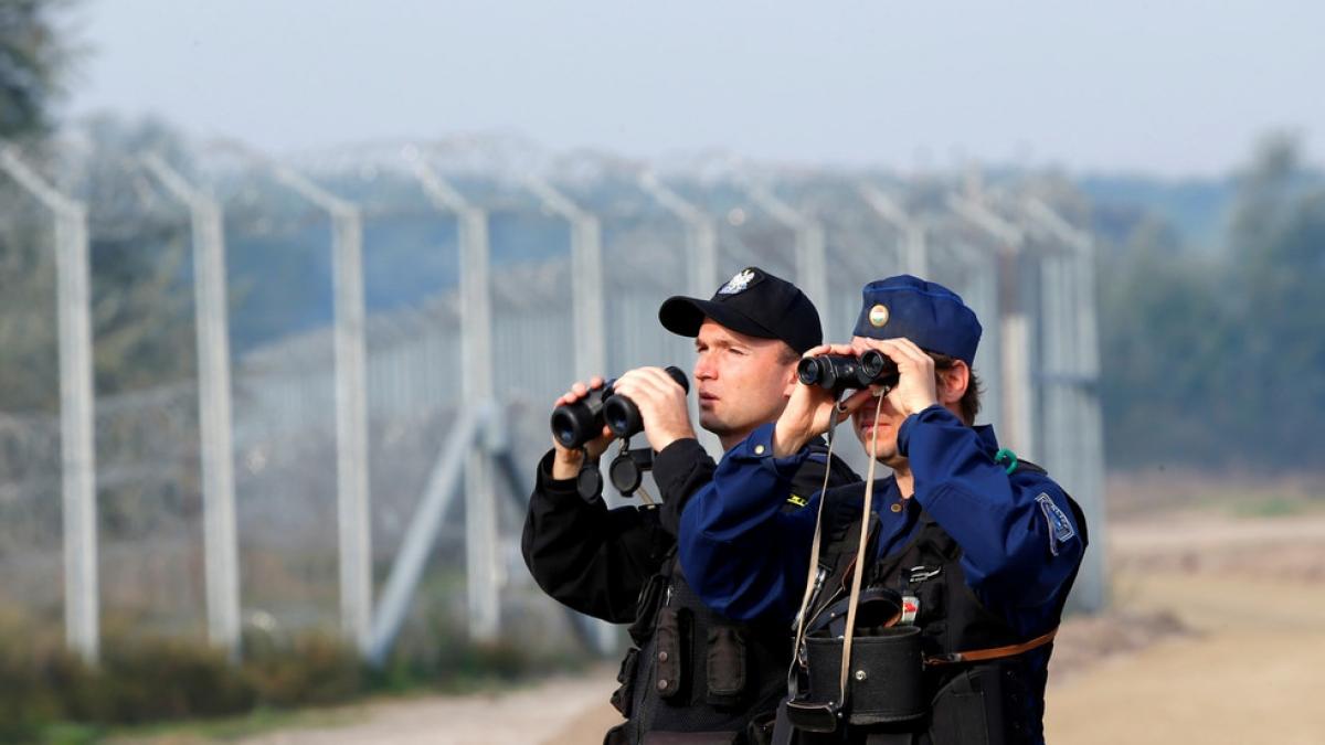 Cảnh sát Hungary và Ba Lan tuần tra hàng rào biên giới Hungary và Serbia. (Ảnh theo rt.com)