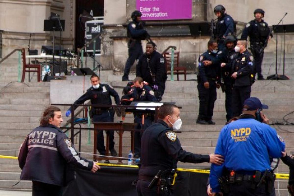 Cảnh sát có mặt tại hiện trường vụ nổ súng. Ảnh: AP