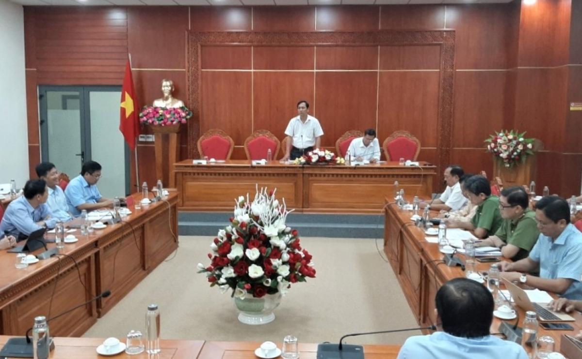 Ông Trần Hồng Quân, Phó Chủ tịch UBND tỉnh Cà Mau phát biểu trong cuộc họp.