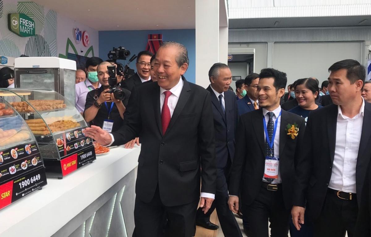Phó Thủ tướng Trương Hòa Bình tham quan các gian hàng tại Hội nghị xúc tiến đầu tư