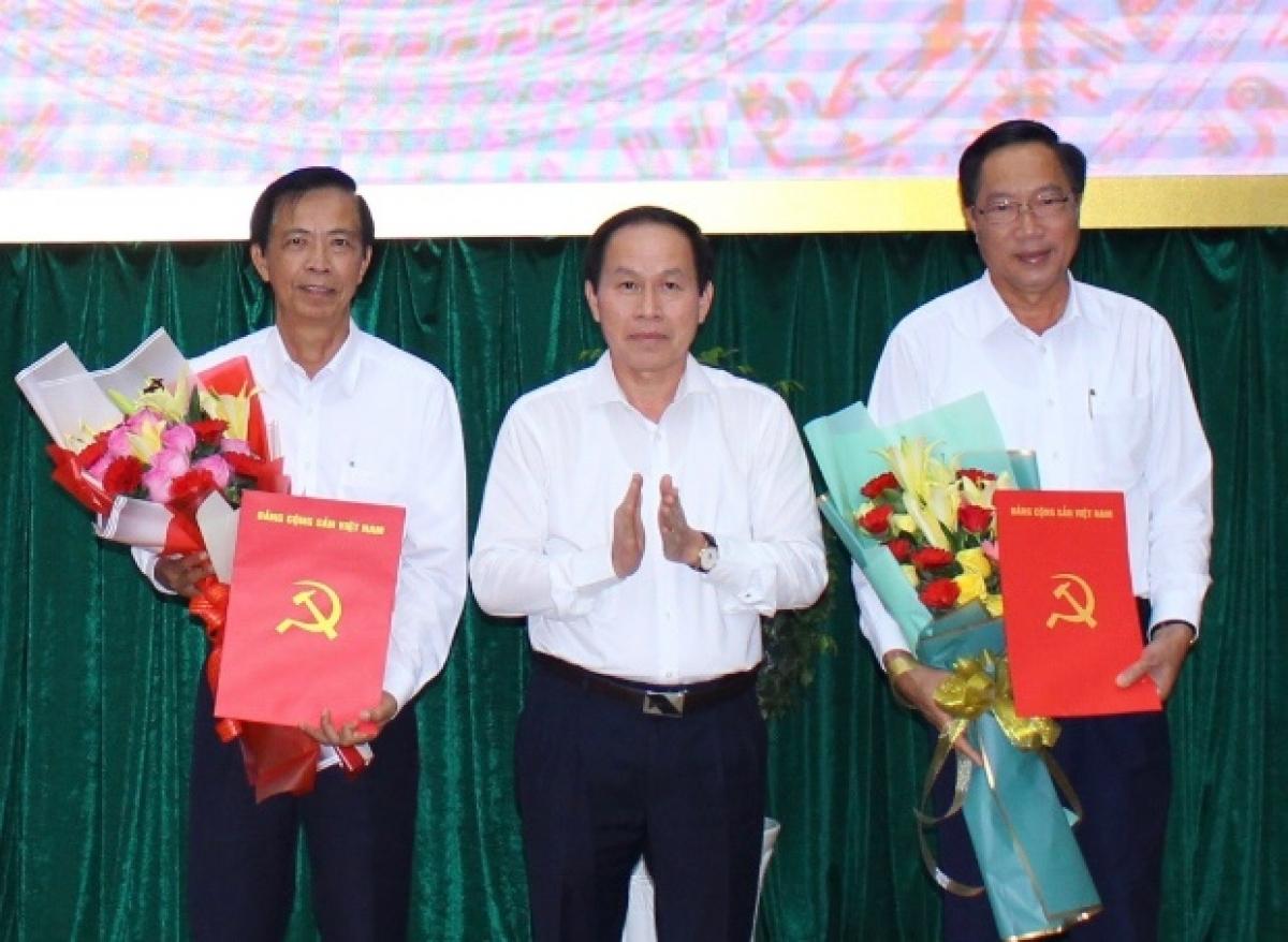 Bí thư Tỉnh ủy Hậu Giang Lê Tiến Châu (giữa) trao quyết định nghỉ hưu cho ông Nguyễn Quốc Ca (phải) và ông Trần Quốc Thanh (trái)