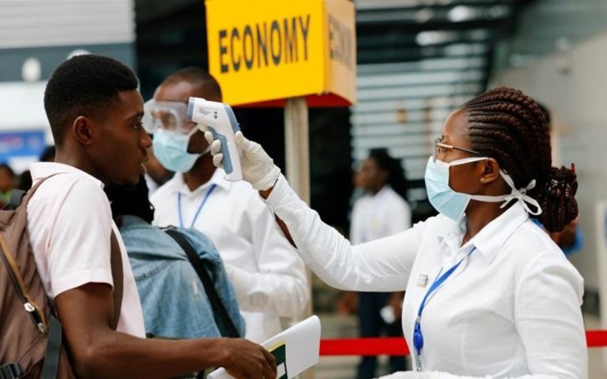 Kiểm tra thân nhiệt phòng Covid-19 tại một nước châu Phi. Ảnh: Reuters.