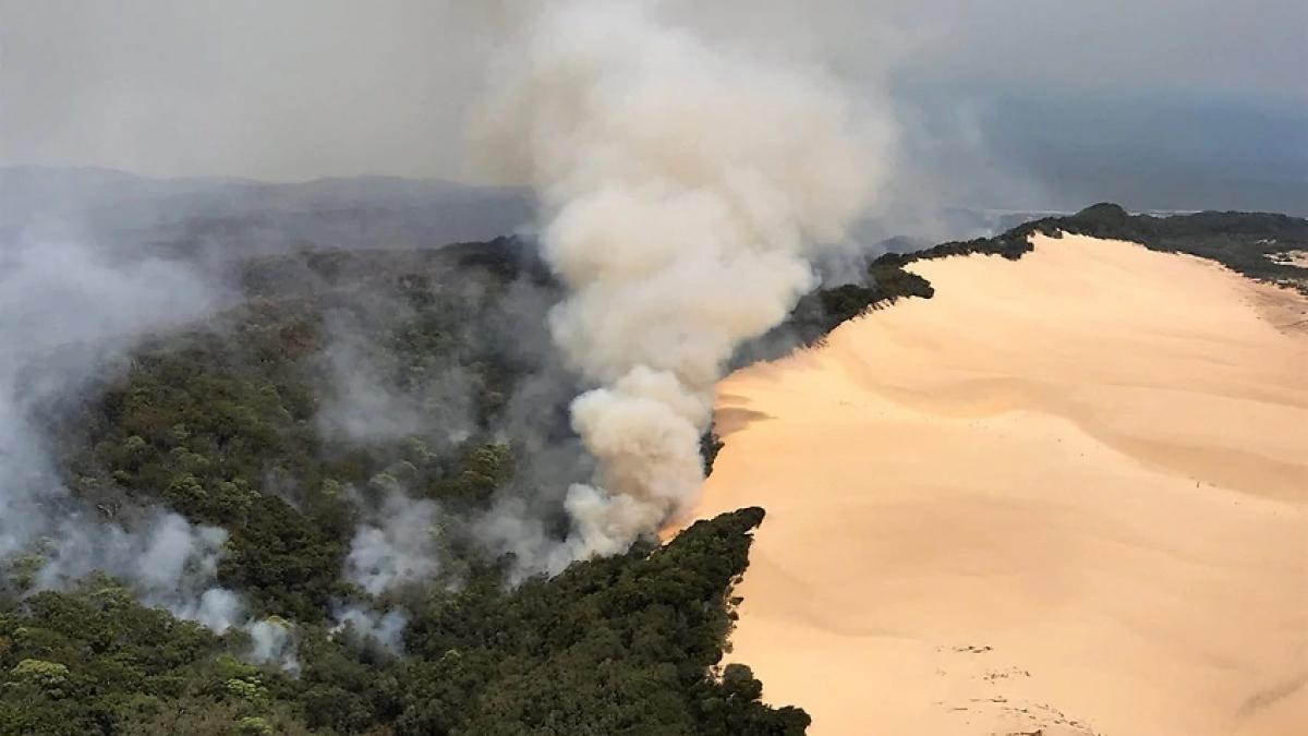 Cháy rừng đang đe dọa xóa sổ đảo du lịch được xếp hạng Di sản Thế giới Frazer của Australia. Ảnh Getty.