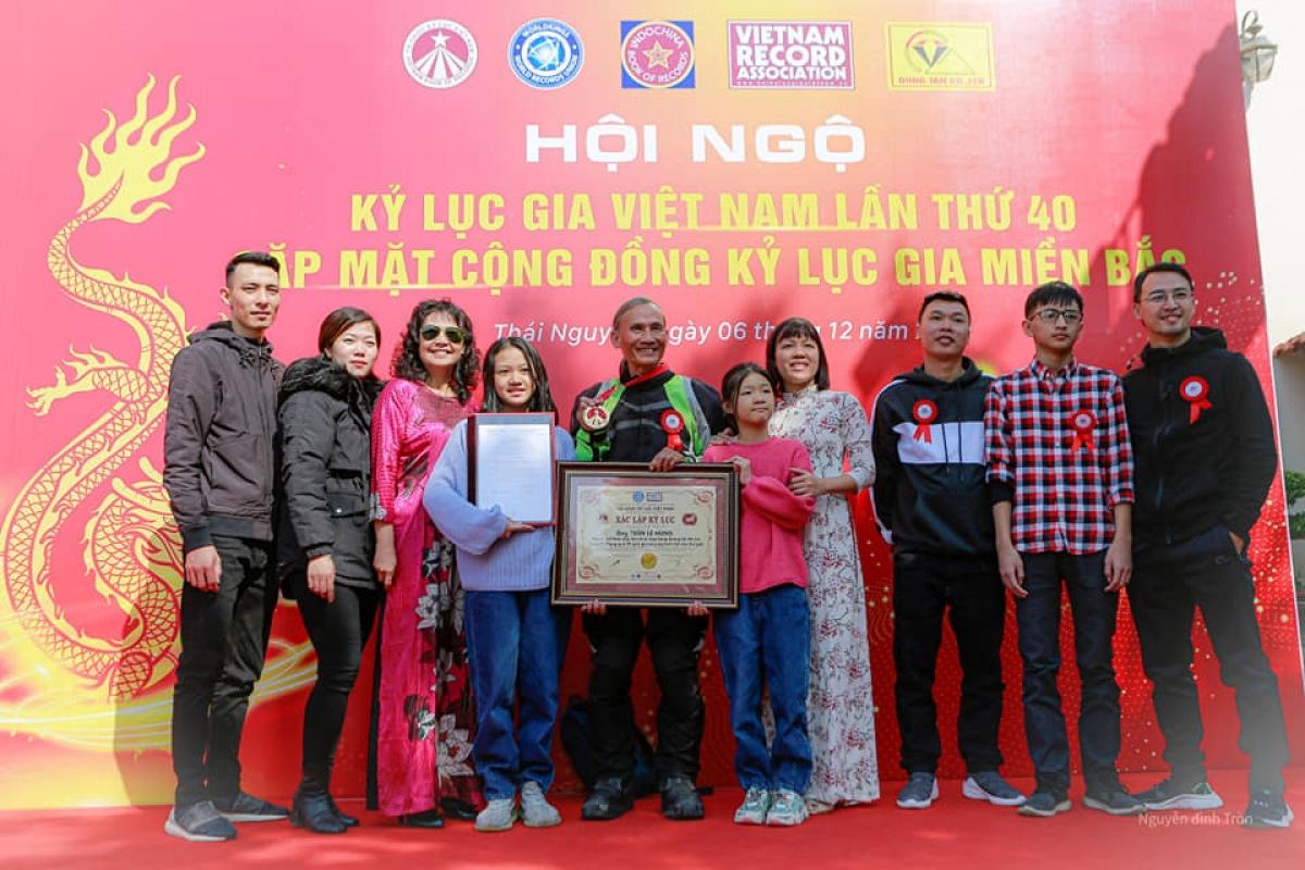 """Ông Trần Lê Hùng được xác lập kỷ lục là """"người Việt Nam đầu tiên đi xe máy bằng đường bộ liên tục trong 6 tháng qua 39 quốc gia và vùng lãnh thổ trên thế giới""""."""