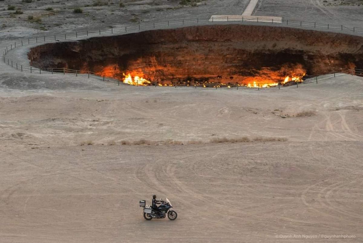 Ông Trần Lê Hùng chạy xe đón bình minh trên miệng núi lửa Darvara, sa mạc Karakum (Trung Á) trong chuyến hành trình phượt xuyên lục địa Á - Âu.