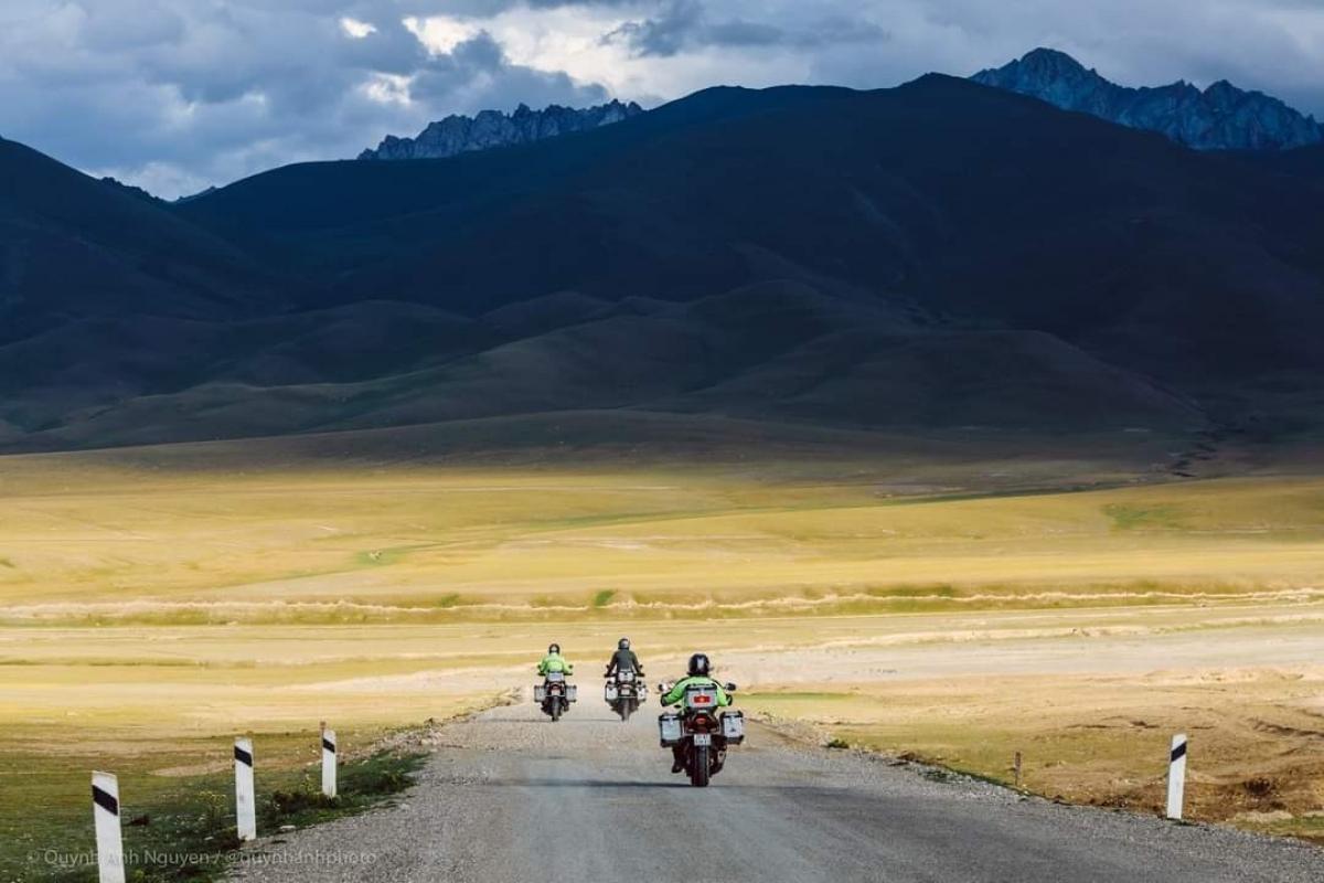 Ông Trần Lê Hùng đã vượt qua những cung đường tuyệt đẹp với thiên nhiên hùng vĩ (phía trước là dãy núi Thiên Sơn, Trung Quốc).