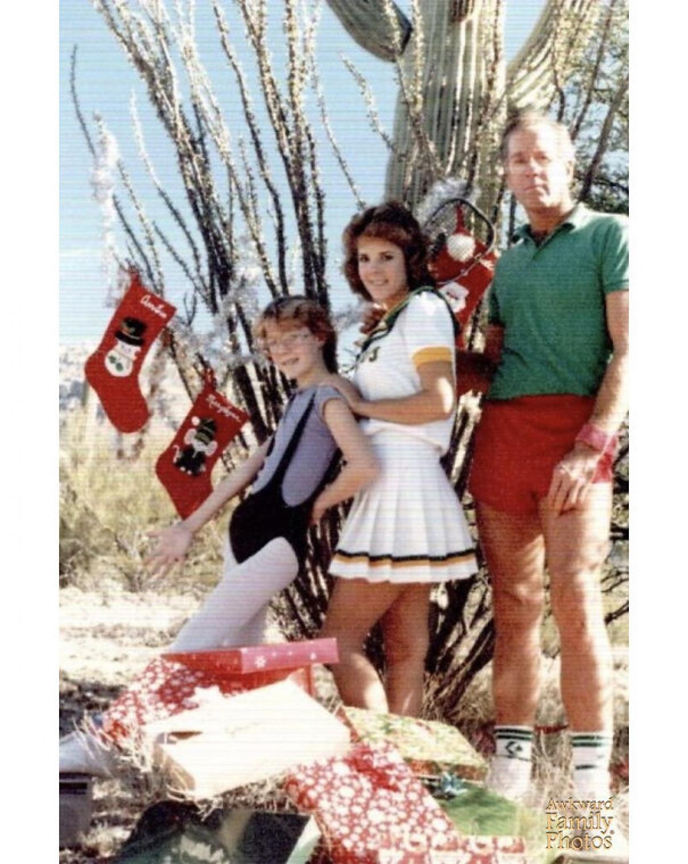 Tôi không hiểu mình đã mặc bộ đồ gì vào ngày Giáng sinh khi chụp ảnh cùng bố mẹ. Đó đại loại là một bộ quần áo liền cùng một cái yếm ngắn.