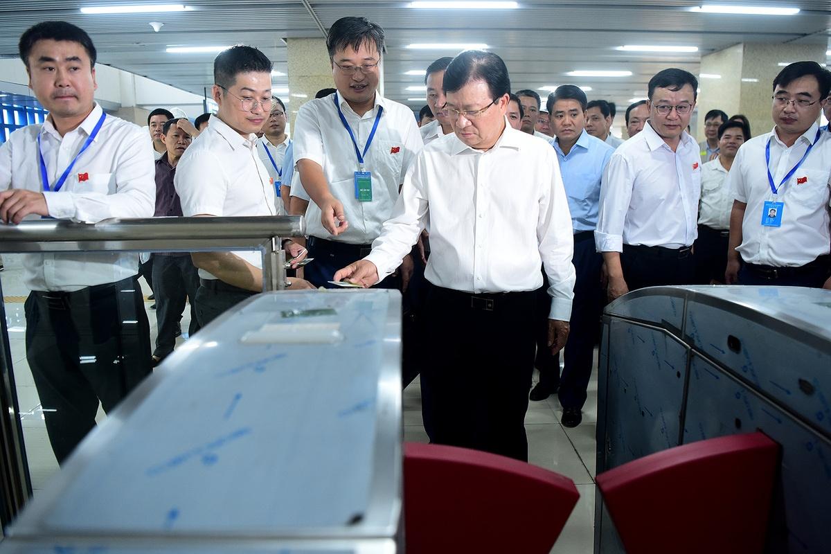 Phó thủ tướng Trịnh Đình Dũng cùng đoàn công tác của Chính phủ, thành phố Hà Nội đến kiểm tra và thử nghiệm hệ thống thẻ qua cửa của nhà ga đường sắt Cát Linh - Hà Đông trước đó.