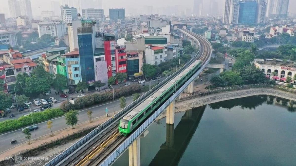 Thành phố Hà Nội cũng đã lên các phương án kết nối giữa các tuyến buýt với loại hình vận tải công cộng khối lượng lớn này nhằm tăng năng lực vận chuyển hành khách. Ảnh Vnexpress.