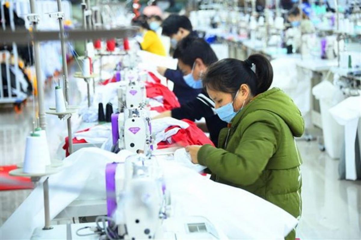 Công nhân làm việc bên trong một xưởng may ở tỉnh Hồ Bắc, Trung Quốc. (Ảnh: THX/TTXVN)