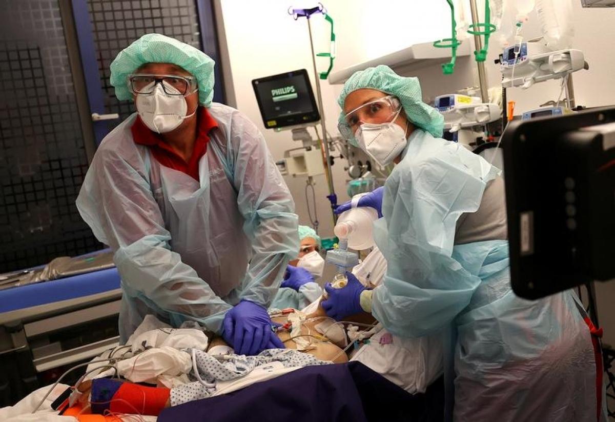 Các bác sĩ đang gấp rút cứu chữa cho một bệnh nhân mắc Covid-19 tại Hanau, Đức ngày 16/4. Ảnh: Reuters.