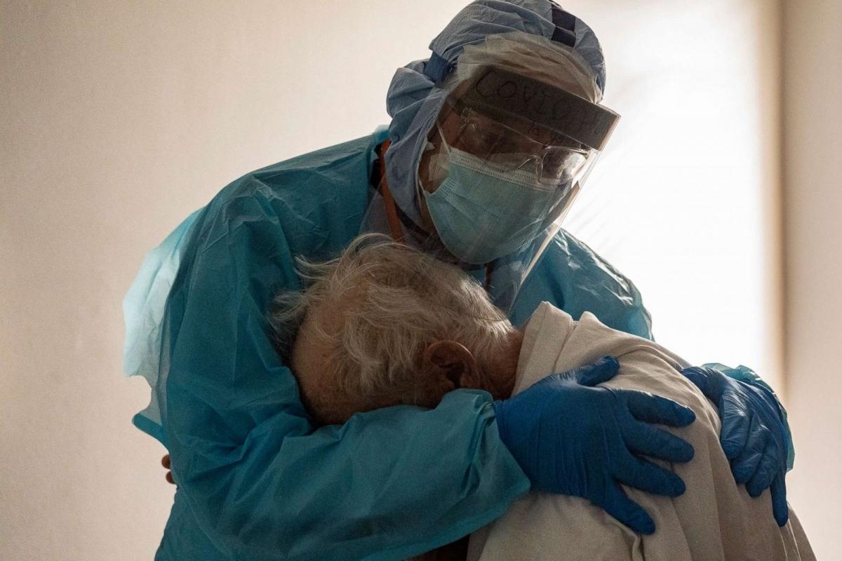 Bác sĩ an ủi một bệnh nhân Covid-19 đang khóc vàmong được về nhà, trong phòng chăm sóc đặc biệt tại Trung tâm Y tế United Memorial, Houston, bang Texas (Mỹ) ngày 26/11. Ảnh: Getty Images