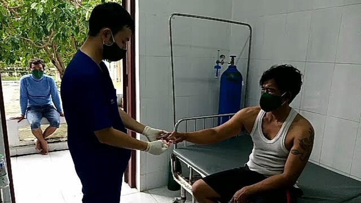 Quân y đảo Song Tử Tây chăm sóc sức khỏe cho bệnh nhân Tuấn. (Ảnh: Thanh Tùng)