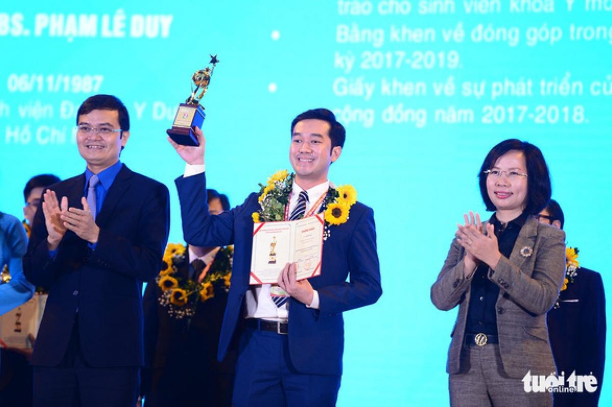 Tiến sĩ, bác sĩ Phạm Lê Duy (33 tuổi, Bệnh viện Đại học Y dược, TP.HCM, lĩnh vực công nghệ Y dược) nhận giải thưởng Quả cầu vàng năm 2020. Ảnh: Dương Triều/Tuổi trẻ.