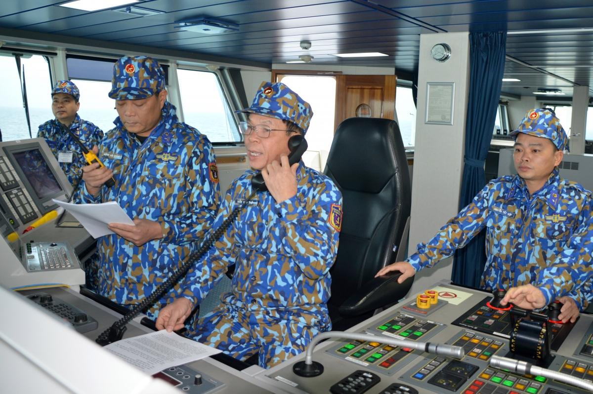 Đại tá Trần Văn Thơ thực hiện nghi thức chào xã giao với lực lượng cảnh sát biển Trung Quốc qua sóng bộ đàm.