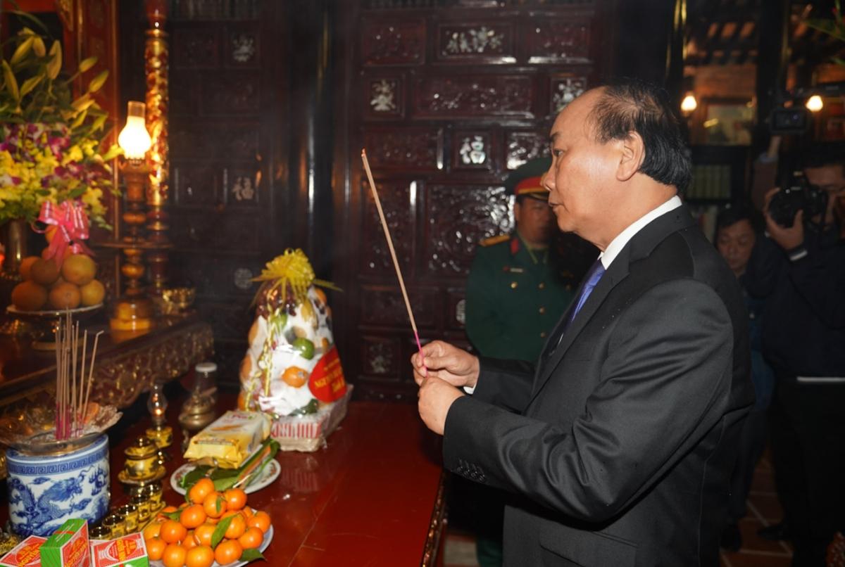 Đặc biệt, thư viện có hơn 3.000 đầu sách đủ thể loại cùng nhiều hình ảnh, tư liệu về Đại tướng. Trong ảnh: Thủ tướng Nguyễn Xuân Phúc dâng hương tưởng niệm Đại tướng Lê Đức Anh.
