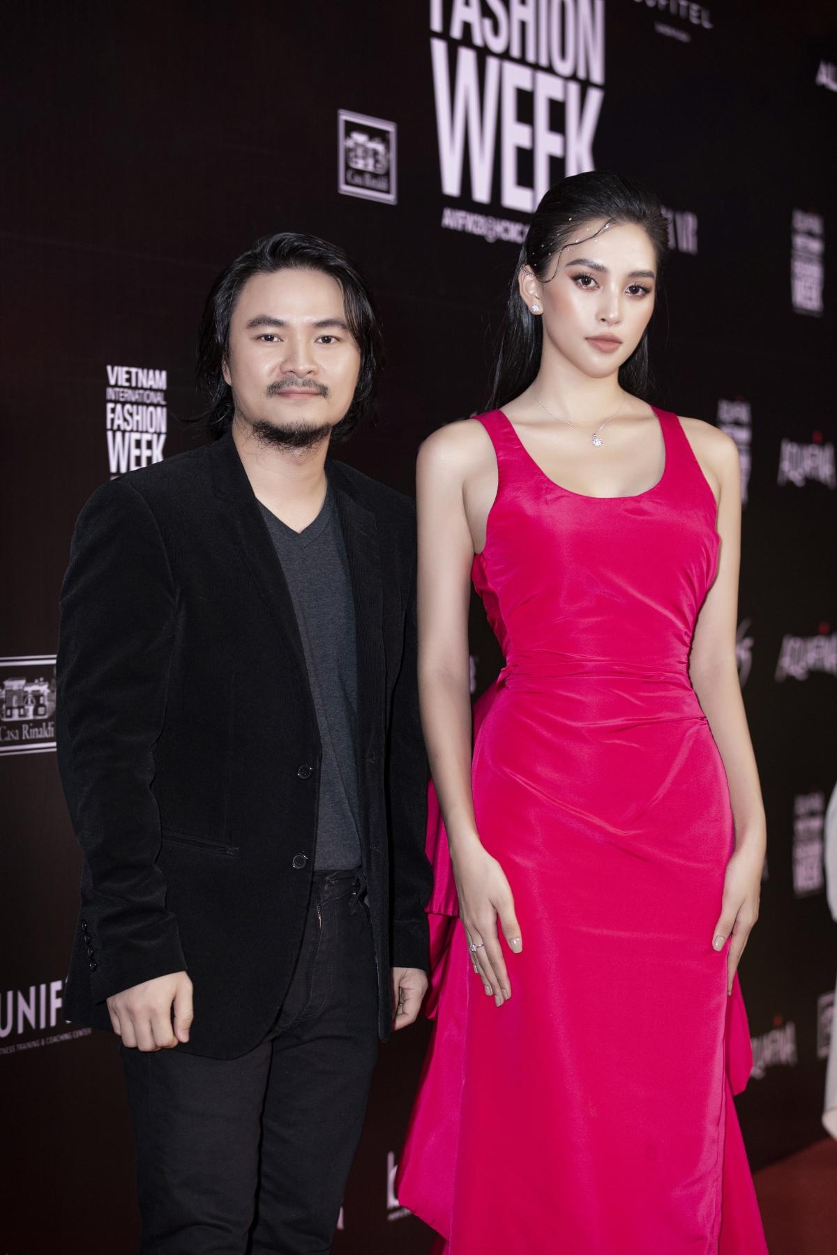 Sánh đôi cùng Tiểu Vy trong sự kiện này là đạo diễn Hoàng Nhật Nam. Với niềm đam mê nghệ thuật, anh cũng không thể bỏ lỡ một sự kiện đặc biệt trong năm như Vietnam International Fashion Week 2020.
