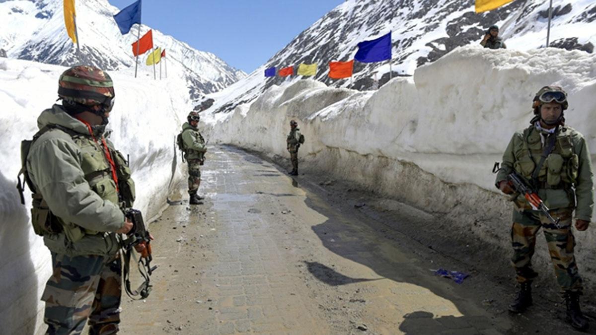 Binh lính Ấn Độ đứng gác tại Zoji La, một ngọn đèo nằm ở phía tây dãy núi Himalaya. (Ảnh: SCMP)