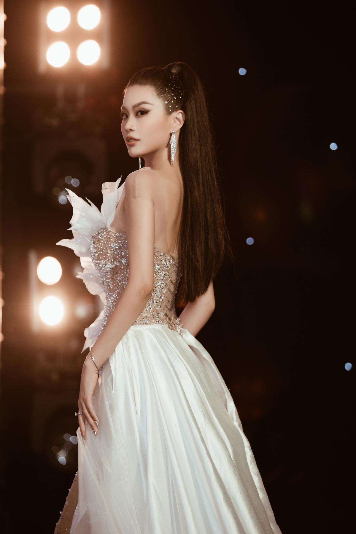Là gái một con nhưng Diễm Trang vẫn sở hữu vẻ đẹp miễn chê, sẵn sàng lu mờ mọi thứ xung quanh.