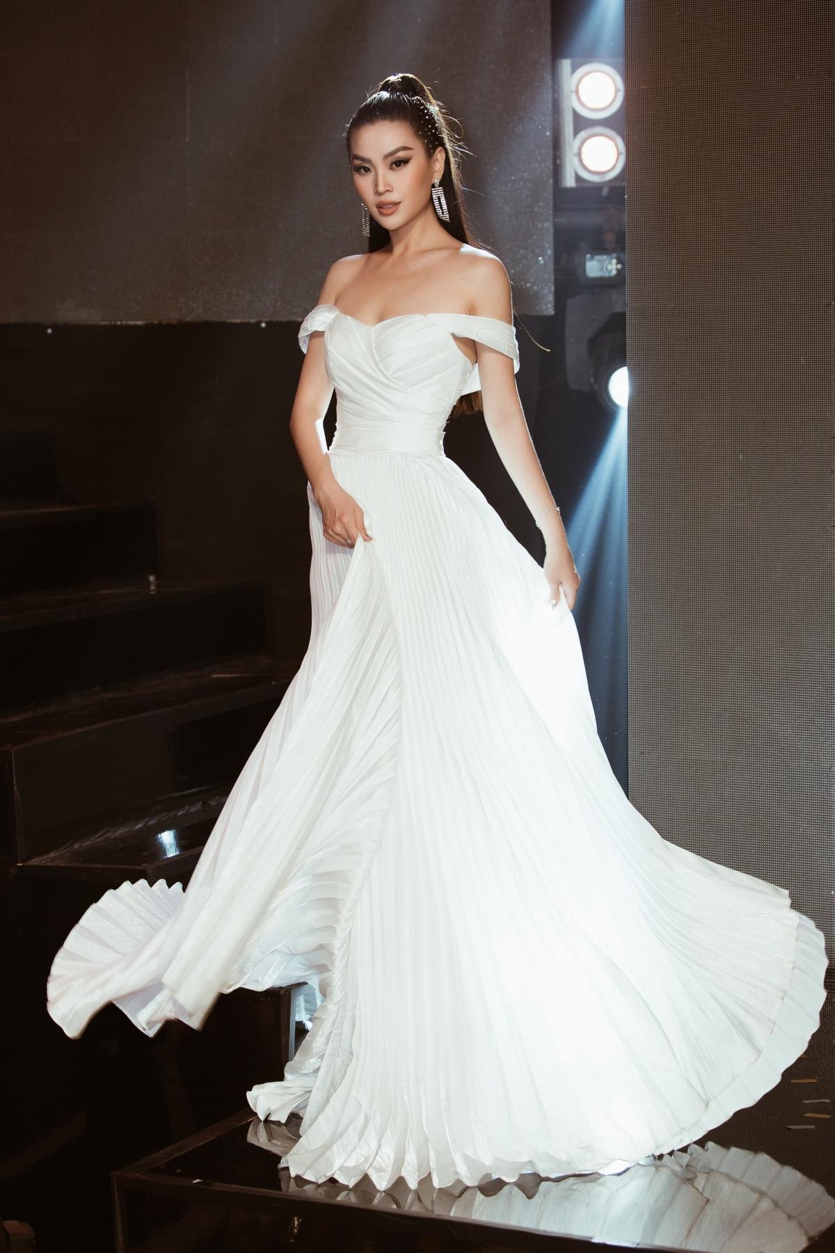Nữ thần mùa đông Á hậu Diễm Trang lại khoác lên thiết kế sắc trắng trễ ngực nhưng ngập sự tinh tế của NTK Brian Võ.