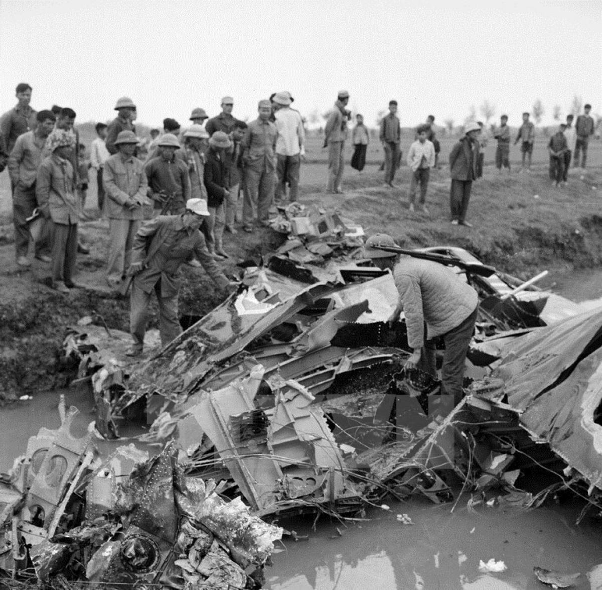 Xác máy bay B-52 bị bắn rơi ngày 21/12/1972. (Ảnh: TTXVN)