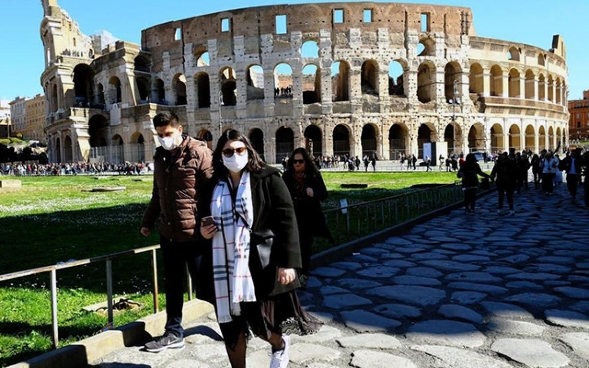 Khách du lịch tham quan tại Italia. Ảnh FRANCE 24
