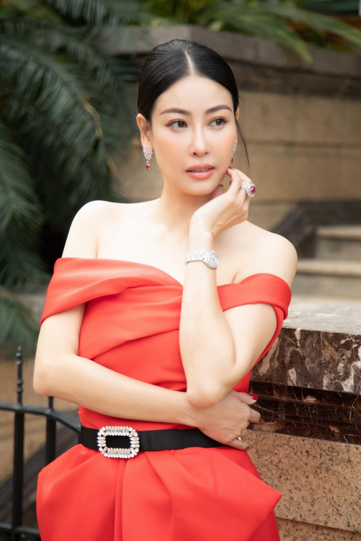 Hoa hậu Hà Kiều Anh diện chiếc váy trễ vai, phom bất đối xứng được tạo nên từ những đường gấp nếp tinh tế, một nét đặc trưng trong thiết kế của Đỗ Mạnh Cường.