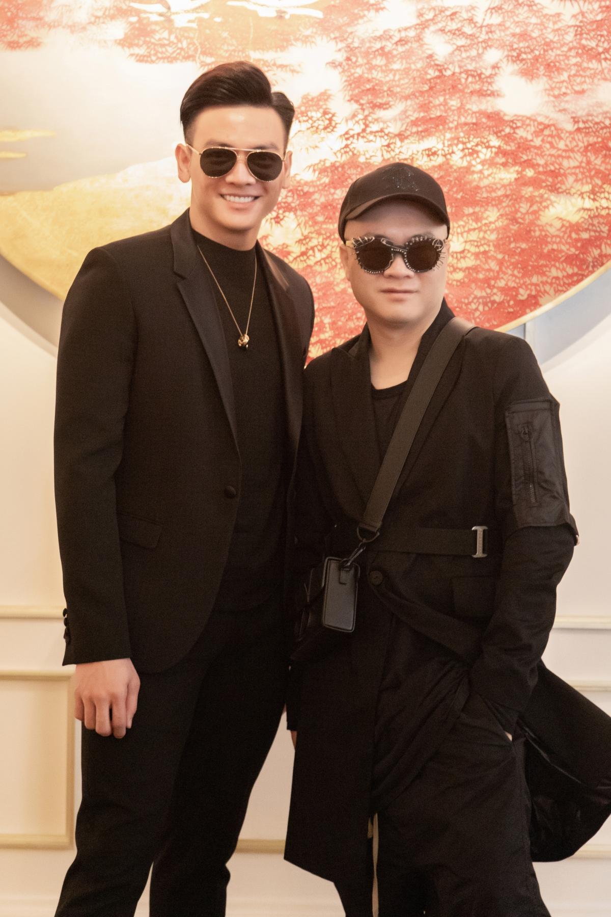 Đến chúc mừng sinh nhật NTK Đỗ Mạnh Cường, người mẫu Lê Xuân Tiền chọn trang phục đen đồng điệu.