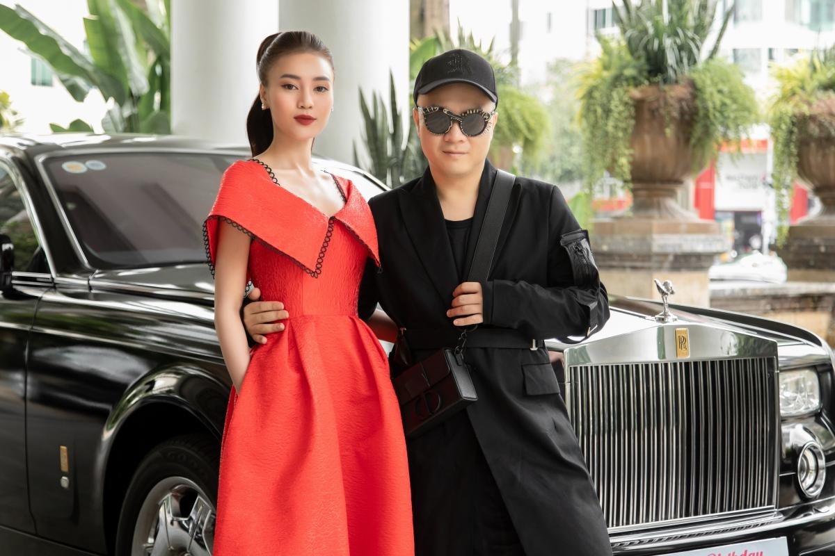 Ninh Dương Lan Ngọc điệu đà trong dáng váy xoè, cổ hở với chi tiết đối xứng to bản./.