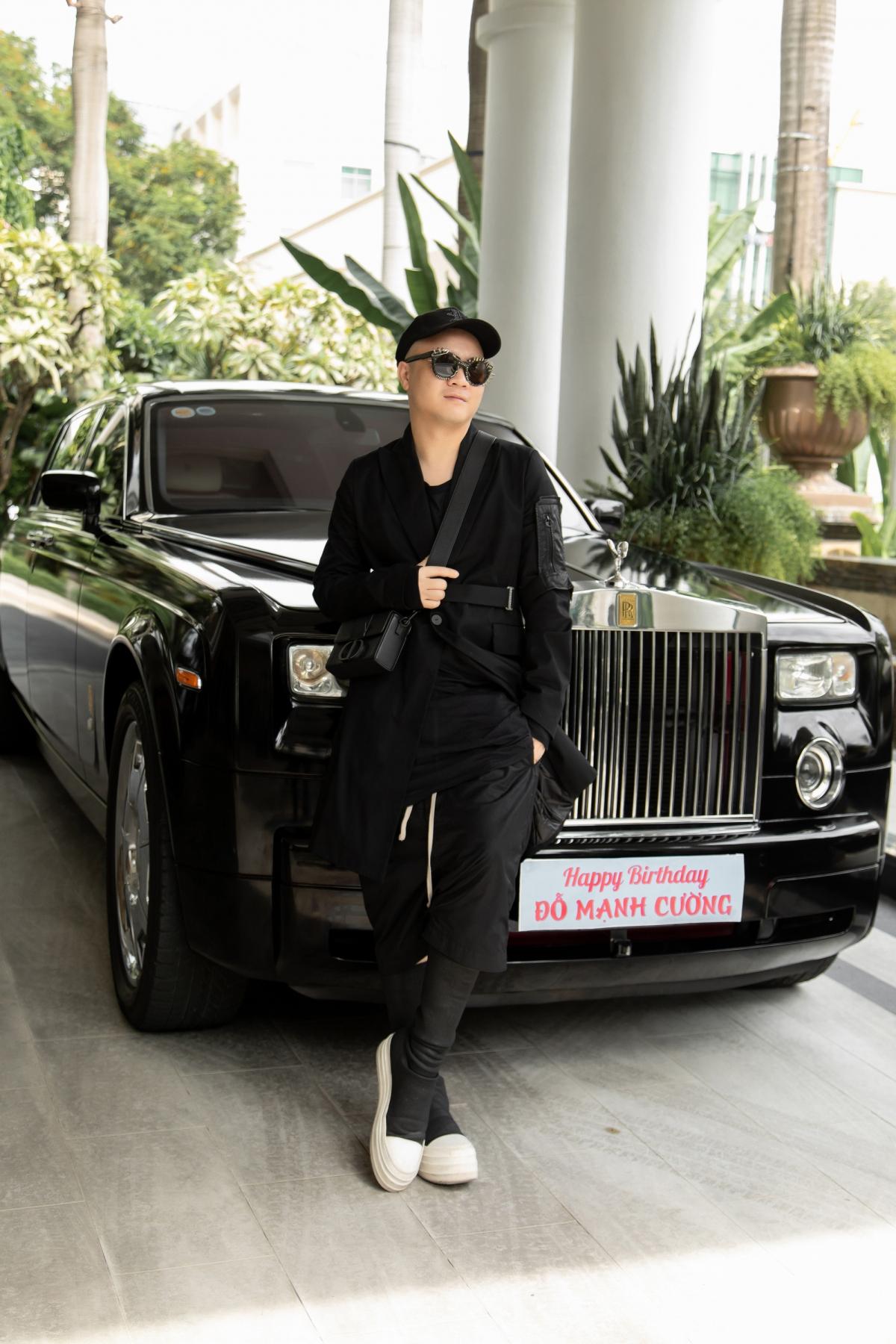 Nhân dịp sinh nhật, NTK cũng tự thưởng cho mình chiếc xe Rolls-Royce Phantom.