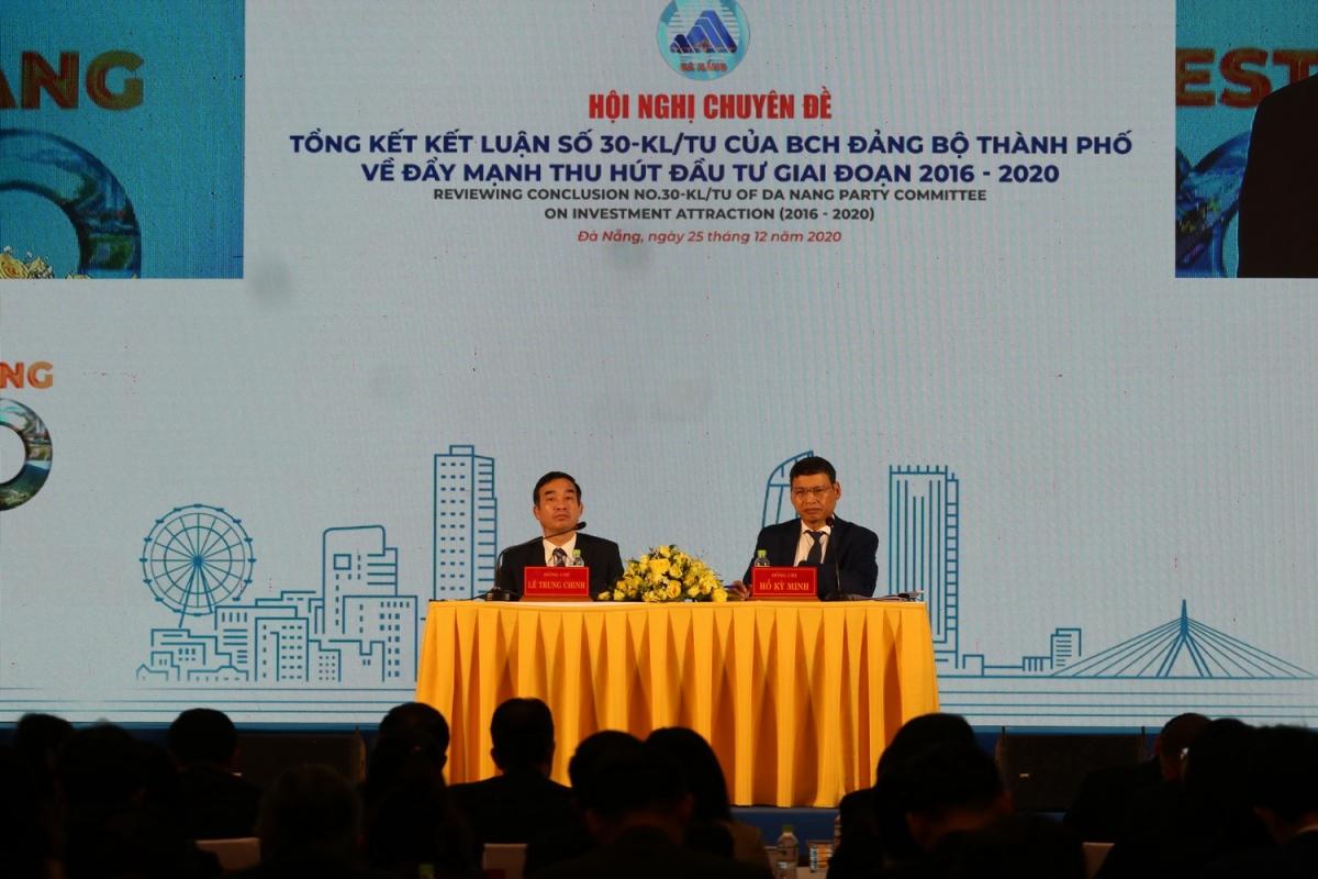 Ông Lê Trung Chinh (trái) Chủ tịch UBND TP Đà Nẵng và ông Hồ Kỳ Minh, Phó Chủ tịch thường trực UBND thành phố Đà Nẵng cam kết đẩy nhanh cải cách thủ tục đầu tư.