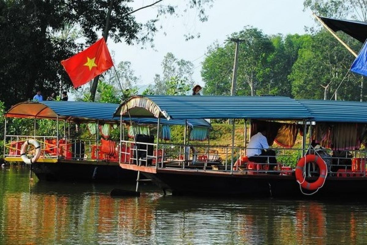 Để tới được đảo chè, du khách phải di chuyển bằng thuyền máy khoảng 20 phút.