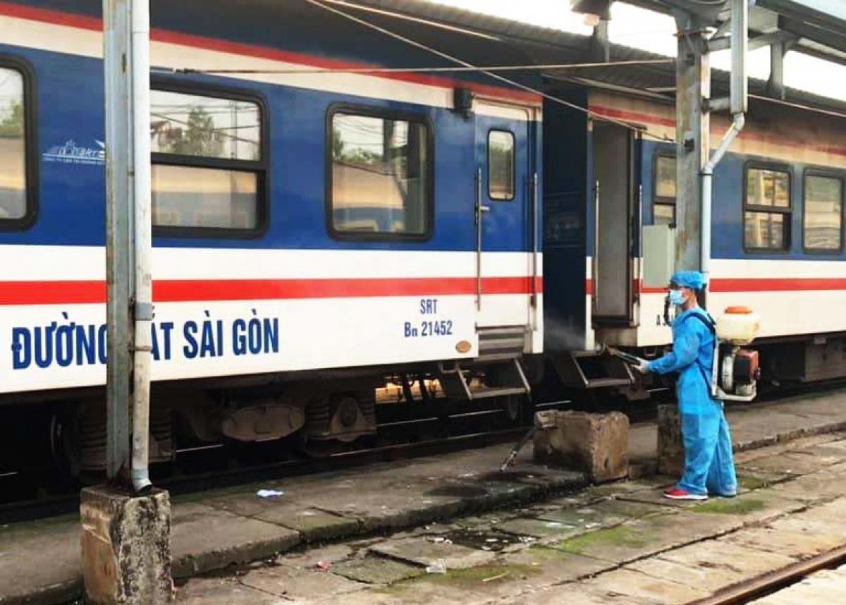 Khử khuẩn phòng Covid-19 sau khi mỗi đoàn tàu về ga.