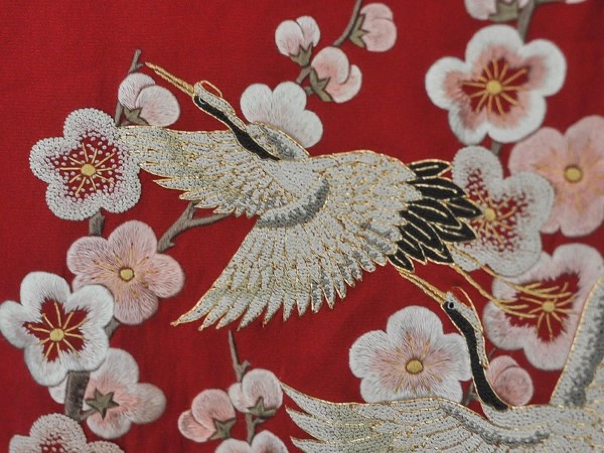 Đặc trưng ở làng thêu Đông Cứu đó là thêu kim tuyến trên long bào, hay còn được gọi là lối thêu cổ.