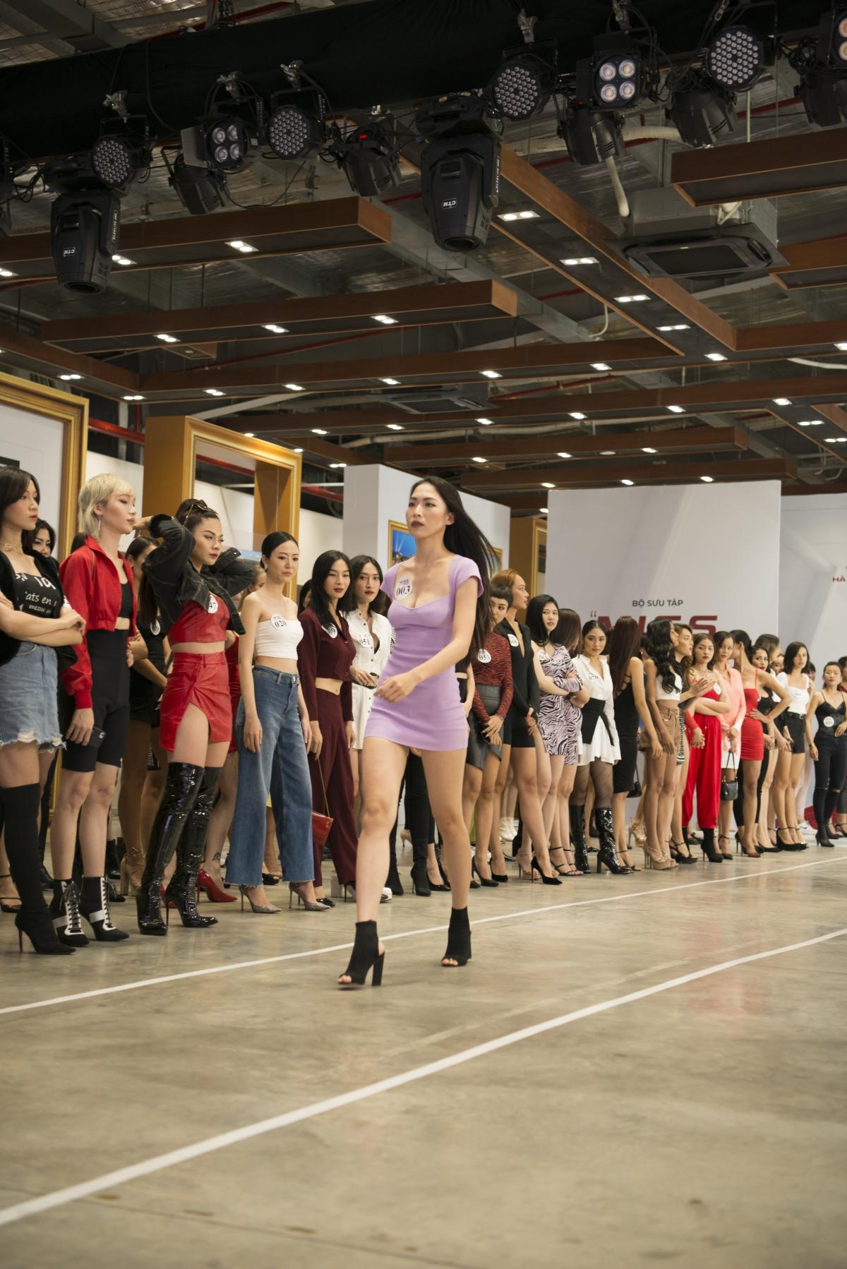 Gần 200 người mẫu tham gia tuyển chọn trình diễn.